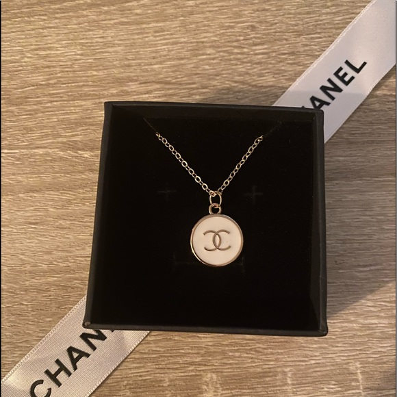 ✨Authentic Round ⭕️ CHANEL Zipper-Pull Necklace✨
